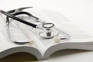 traduzioni mediche, libro con stetoscopio